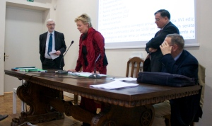 Prof. Jean-Yves Tilliette and Agostino Paravicini Bagliano surrounding Mrs. Schindler for her explanations in French