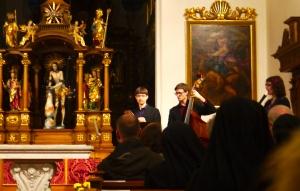 Les musiciens présentent de la musique du Livre Vermeil