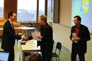 J.C. Lenk erhält das Diplom von Jacqueline Schindler