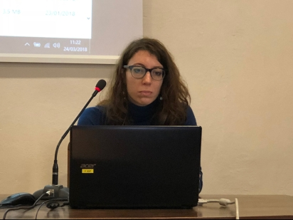Marina Giani explaining her research work in March 2018 at the SISMEL, Florence