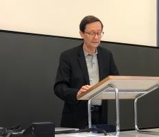 Prof. Dr. René Wetzel presenting PD Dr. Kathrin Chlench-Priber